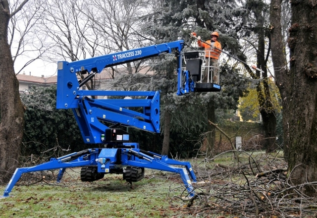 Compact Articulating Boom Lift : Peak access traccess tracked boom